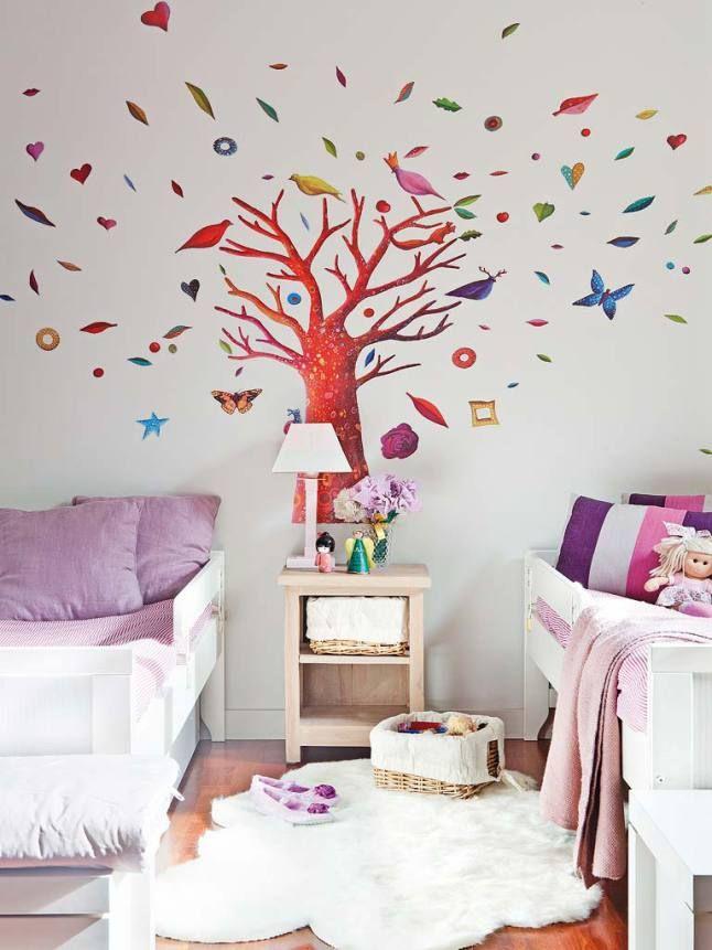 Кровати девочек расположены по обе стороны от дерева жизни.