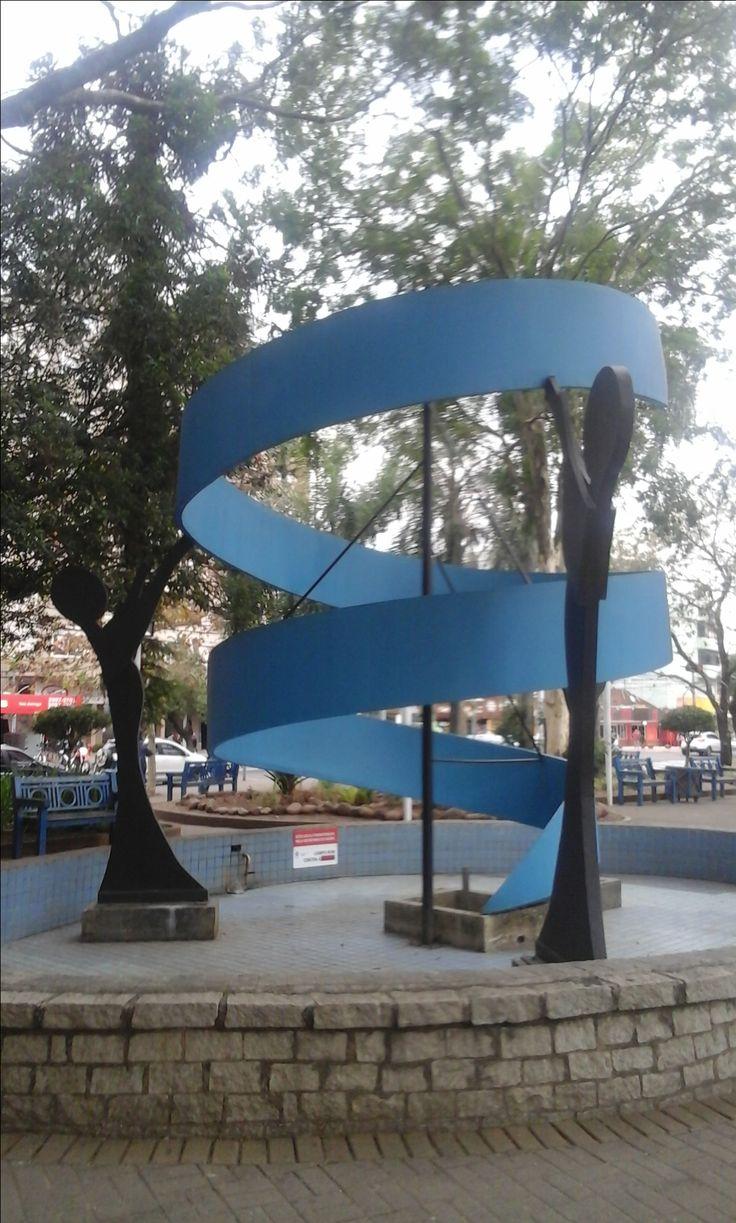 Esta escultura de ferro está localizada na praça da Cidade de Campo Bom-RS-Brasil.