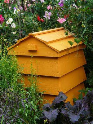 Un composteur en forme de ruche.
