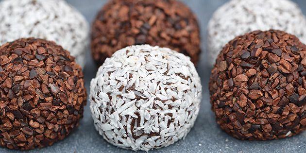 Romkuglerne kan rulles i kakaonibs eller kokosmel