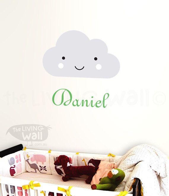 Diese Wand-Aufkleber mit Ihrem kleinen Jungen oder Mädchens namens und der Smiley-Wolke werden ein wunderbarer Weg, um ihr Kinderzimmer zu