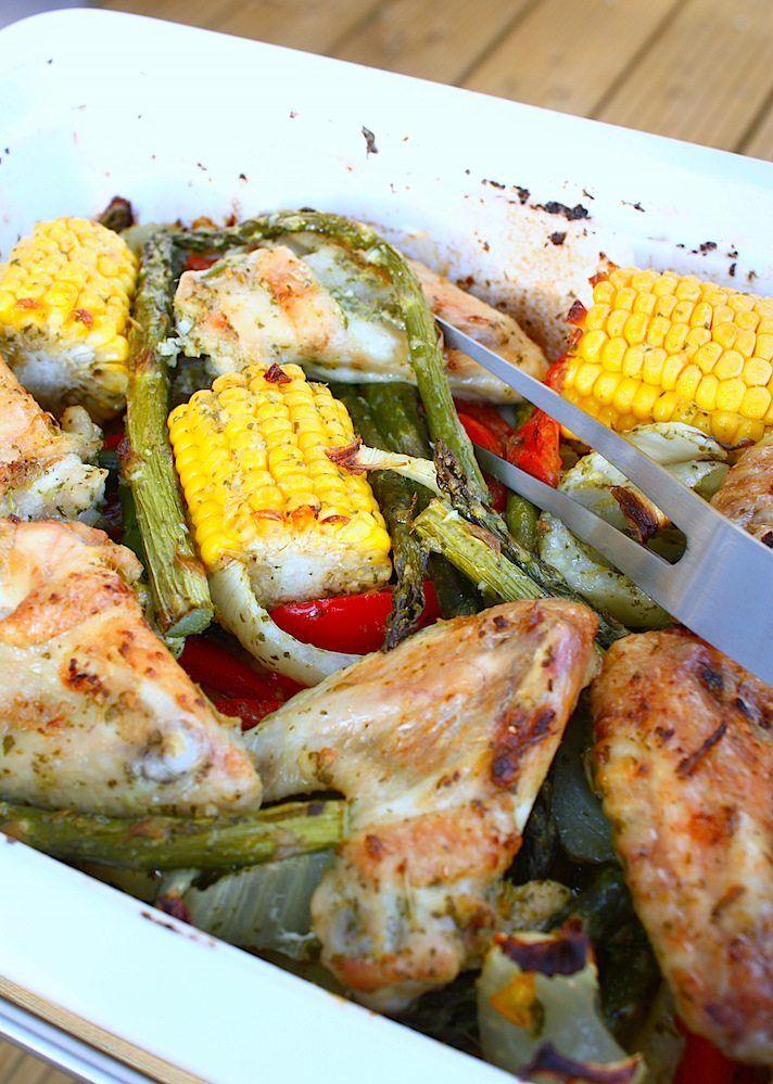 Met deze zelfgemaakte kruidenmarinade maak je heel snel geroosterde kip met groenten in de oven. Heerlijk en ook nog eens koolhydraatarm.