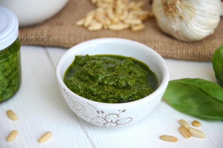 Il pesto alla genovese è uno dei capisaldi della cucina ligure, una salsa fredda il cui ingrediente principale è il basilico che, mescolato con pecorino, parmigiano, pinoli,