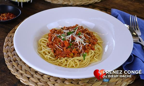 Une sauce à spaghetti classique préparée avec de la dinde hachée. Copieuse et délicieuse.