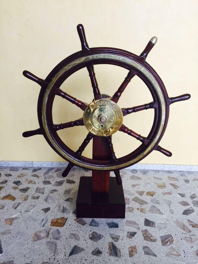 Timón del ARC Barranquilla 1930. En la Escuela Naval Almirante Padilla (ENAP) de la Armada Nacional de Colombia.