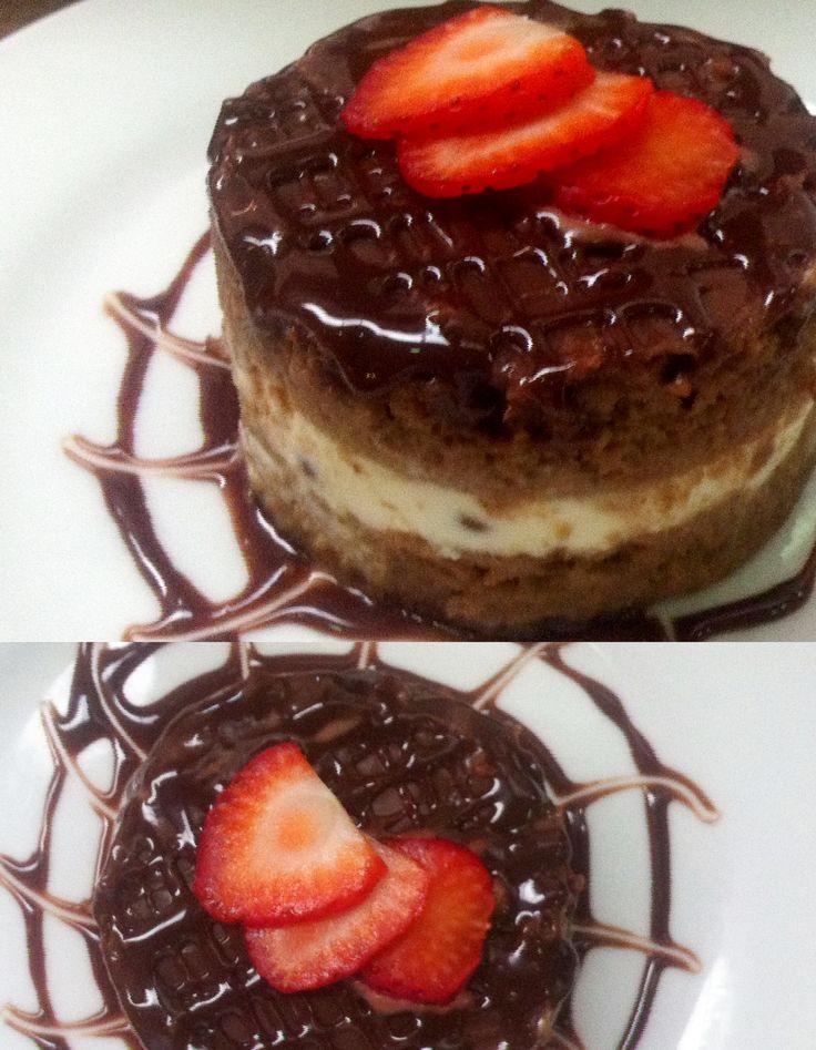 Bizcocho relleno de mousse de chispas de chocolate y cubierta de ganache de chocolate.