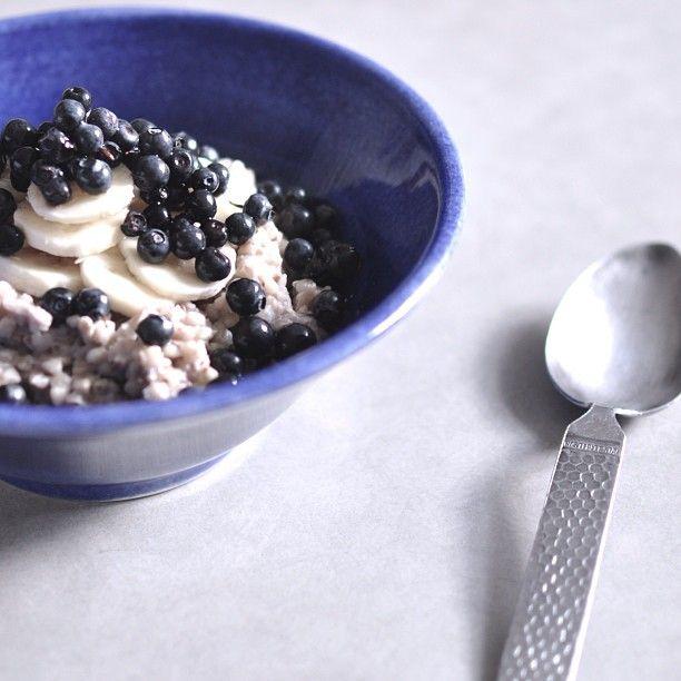 Dagens frukost. ••• Mjölkkokt bovetegröt med frön, jordnötssmör, banan och blåbär. ••• Yummy! #bovete #bovetegröt #gröt #frukost #banan #blåbär