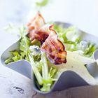 Bleekselderij salade met peer, schimmelkaas en geroosterd spek
