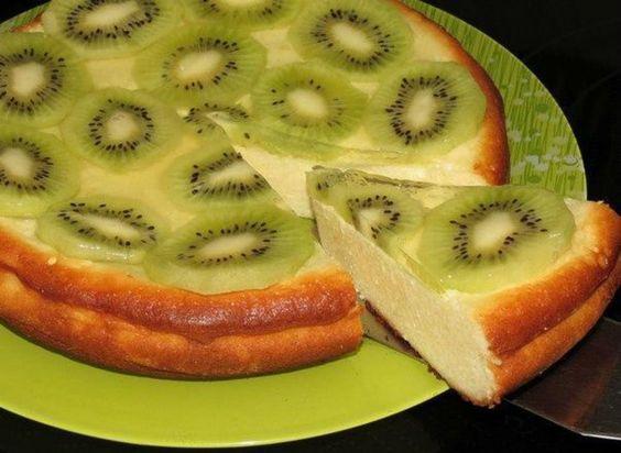 Echipa Bucătarul.tv v-a pregătit din nou o surpriză dulce, foarte delicioasă și sănătoasă – budincă cu brânză de vaci și kiwi. Acest minunat desert cu siguranță va fi pe placul tuturor, întrucât este extrem de apetisant, aromat, cremos și delicat. Se prepară foarte simplu și rapid, iar rezultatul este fenomenal. Echipa Bucătarul.tv vă dorește poftă …