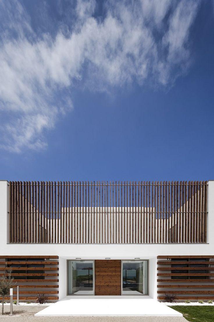 Casa PDR 385 a Praia D'El Rey è il progetto residenziale dello studio portoghese Fragmentos de Arquitectura.