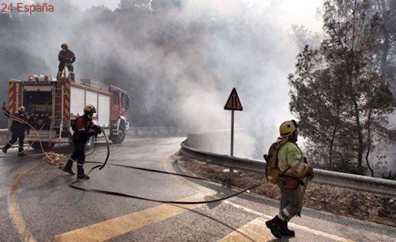 Los medios aéreos se retiran de las tareas de extinción del fuego de Castell de Guadalest, aún activo
