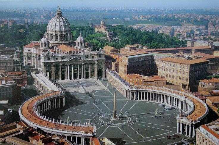 サン・ピエトロ大聖堂(ヴァチカン)は、巨大なドームや列柱廊を用いた、バロック建築を代表する建築物である。