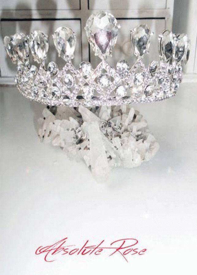 Кристална корона за коса Miss Absolute Короната има великолепен блясъкот първокласни кристали, подходяща както за индивидуална употреба, така и за прикачване към воал.