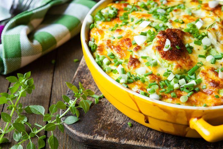 Probieren Sie dieses Sommerrezept für überbackene Zucchini aus! Serviert mit frischen Tomaten und einem kühlen Glas Weißwein ist es nicht zu übertreffen!