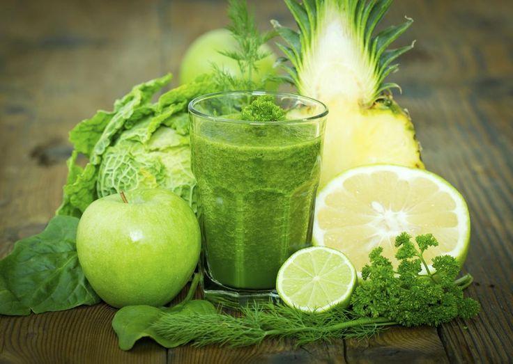 Jus vert santé avec des pommes, épinards, chou frisé, ananas, pamplemousse, lime, persil et aneth