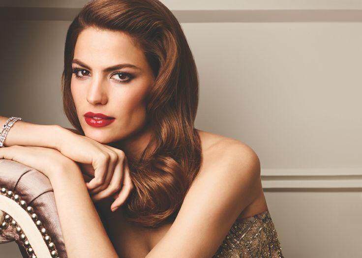 Tumma smokey eye ja punaiset huulet ovat ylellisen naiseuden symboli. #AvonFemme #meikki | A dark smokey eye makeup and red lips symbolize femininity and luxury.