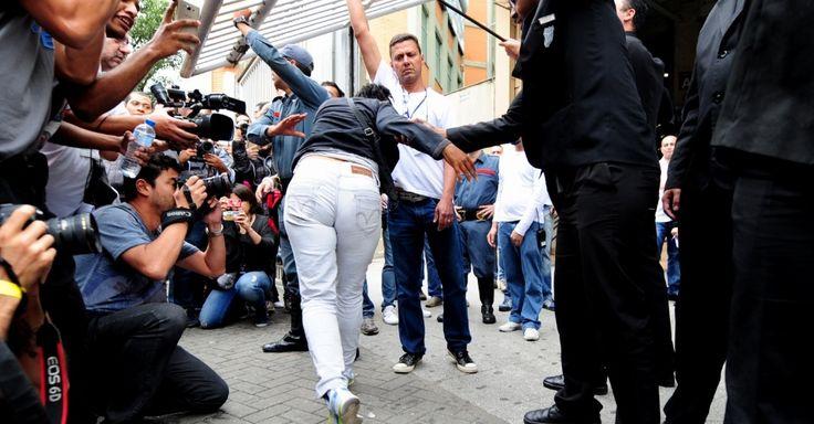 """Verdadeiro ou Falso? No meio do tumulto do fechamento dos portões, pelo menos quatro """"candidatos"""" atrasados para o Enem 2016 eram falsos --atores amadores contratados pelo programa Pânico, da Band, segundo os próprios. Eles simularam uma entrada atrasada nos portões da Uninove, maior local de provas de São Paulo"""