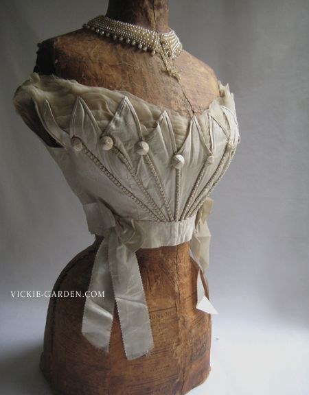 An 1930's antique bodice... off-the-shoulder style that chest is big love. Cut of zigzag-shaped buttons and decoration of the dome type, such as is the individual design
