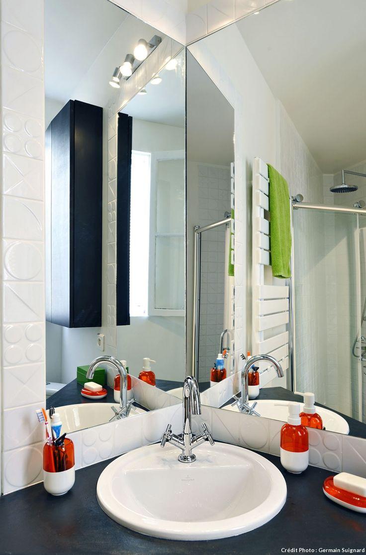 Lavabo d'angle, murs carrelés de blanc et grands miroirs                                                                                                                                                                                 Plus