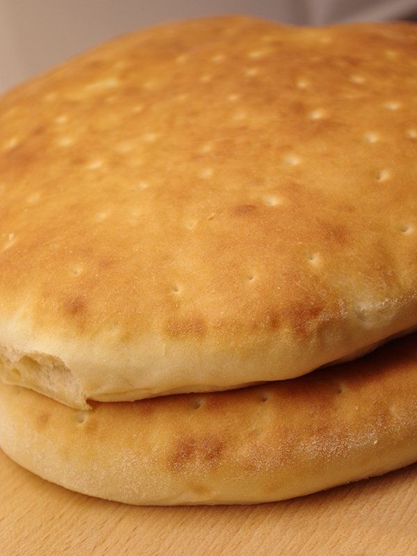 Recept på Bröd. Enkelt och gott. Bröd är ett livsmedel som bakas med olika sorters mjöl, jäst eller surdeg och degvätska. Salt och kryddor kan ge brödet smak, liksom kryddor, torkad frukt, russin, frön och nötter. I vissa recept tillsätts socker eller sirap för att få extra smak. Som degvätska kan man använda vatten eller mjölk.