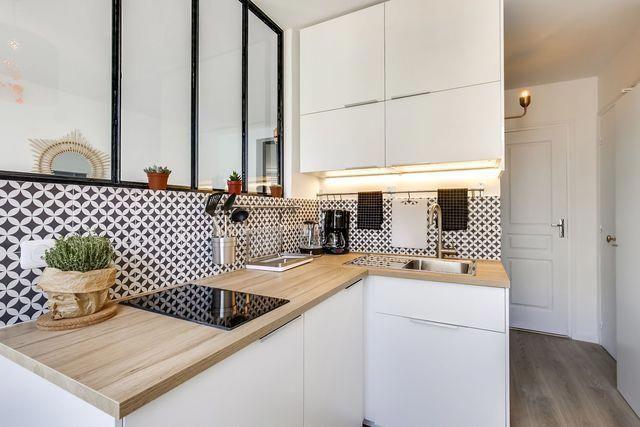 Ici Tout Est Parfaitement Integre Le Frigo Trouve Place Sous La Plaque De Cuisson Le Micro O Tiny Kitchen Design Interior Design Kitchen Kitchen Renovation