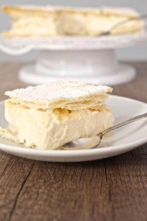 Kremówki papieskie składają się z ciasta francuskiego robionego obowiązkowo na maśle i przełożone są kremem na bazie domowego budyniu.
