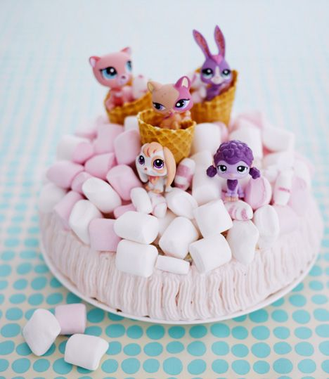 Täydellinen kakku lastenjuhliin. Koristele kakku huolellisesti pestyillä leluilla. / Time to party Petshop fans. Decorate children´s party cake with toys which have first been washed carefully.