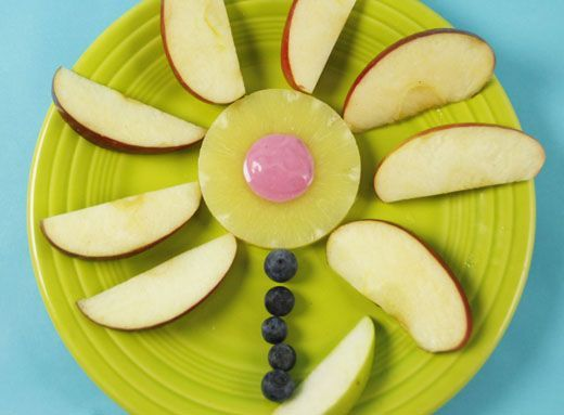 Enjoy this delicious flower made out of fruit and yogurt. A healthy snack that your Sproutlet will love! #sproutchannel