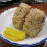 うどん平 - 料理写真:かしわ(炊き込みごはんのおにぎり)160円