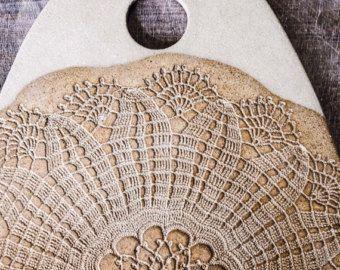 Tabla de quesos hechos a mano - plato  Tabla de quesos plato cerámica de hermoso encaje Vintage.  Esta tablas de cerámica con textura de encaje son perfectos para servir queso, tortas, frutas y snack. Haría un gran regalo para un cumpleaños o la Navidad presente y lujoso como un regalo de boda...  Cada tablas son hechos a mano, esmaltado en mostaza.  • Material: gres. • Esmalte: mostaza. • Seguridad: seguro de alimentos, microondas y horno. • Atención: lavavajillas, pero por favor lavado a…
