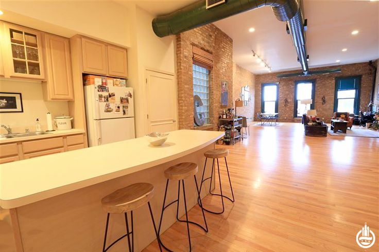 This loft for rent above The Bongo Room in Wicker Park promises easy access to red velvet pancakes at one of Chicago's legendary brunch spots. #chicago #apartments #wickerpark #loft