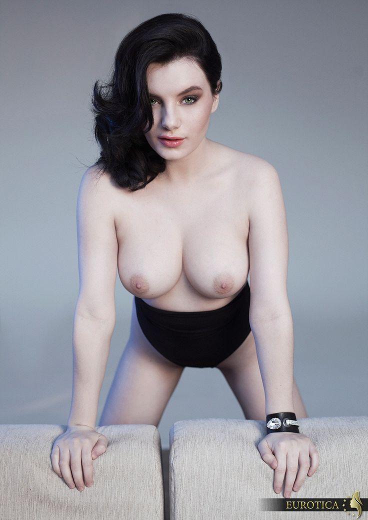 Une fille montrant seins