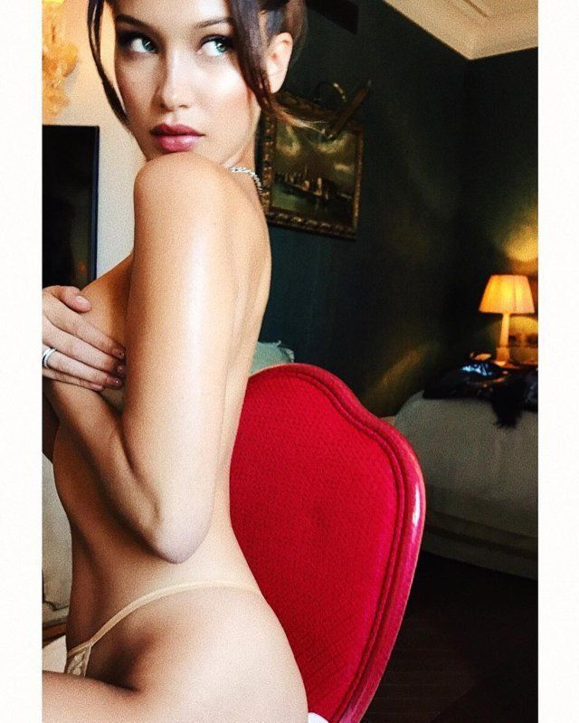 Model Victoria's Secret Bella Hadid kembali menebar sensasi. Saat ia mengupload foto semi telanjang di Instagram pribadinya @bellahadid. Seperti diketahui ia tengah berada di Venice, Italia untuk menghadiri undangan dari Bulgari minggu lalu. Tak lupa berbagi foto momen keseruannya selama di Venice lewat akun media sosialnya.  Foto Bella Hadid Semi Telanjang Pamer Alat Vital Di Venice Italia, Tatapan Matanya Nakal  Ia mengupload dirinya semi telanjang hanya mengenakan celana dalam nude, Bella…