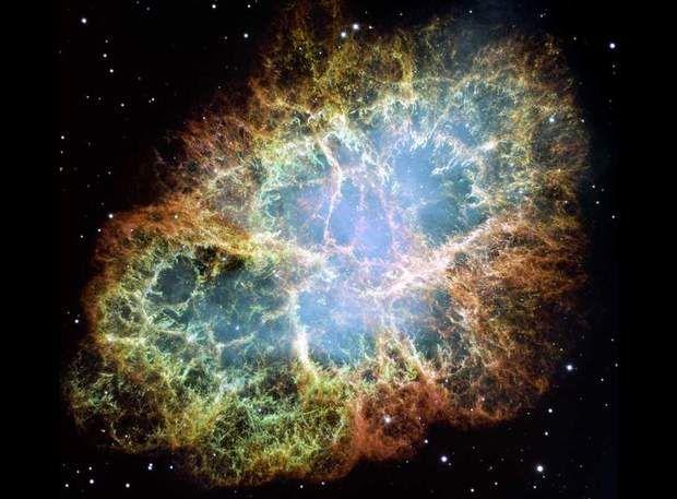 La nébuleuse du CrabeLa nébuleuse du Crabe doit son apparence déchiquetée à l'explosion d'une étoile qui a dégagé une incommensurable quantité de lumière. Ce phénomène de supernova aurait été observé par des astronomes chinois en 1054, avant que l'intensité lumineuse de l'explosion ne faiblisse et ne soit plus observable à l'œil nu. La nébuleuse s'étend autour d'un pulsar, une sorte d'étoile qui tourne sur elle-même à très grande vitesse.