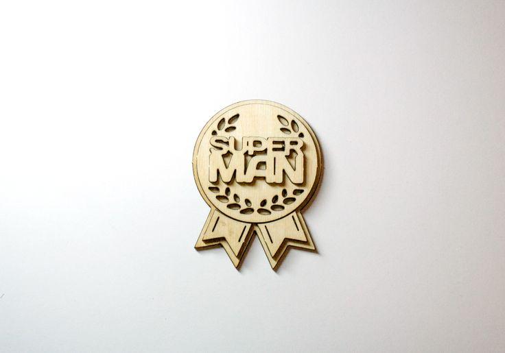 Резная объемная медаль с надписью «Super Man». Размер изделия 5,4 на 7,2 см. Собирается самостоятельно, может быть раскрашена любыми красками. Подойдет для изготовления значка-медали. Может быть использована в качестве приза за участие в конкурсах на корпоративных мероприятиях или приурочена к любым знаменательным событиям. Купить деревянную медаль можно на сайте компании-производителя деревянных сувениров «Канышевы».   #заготовкадлятворчества #заготовкидлятворчества…