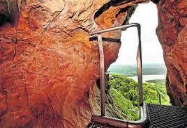 El conjunto Rupestre del tajo de las Figuras, situado en el término municipal de Benalup-Casas Viejas, se trata de una de las joyas rupestres más importantes de la provincia y de toda la península. Descubiertas en 1913,