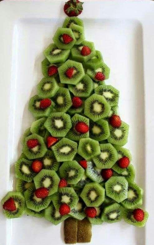 Kerstboom van kiwi en aardbeien. Kan ook met frambozen.
