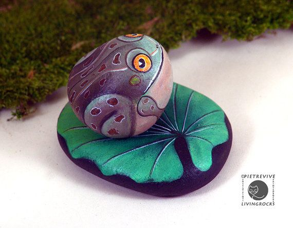 Little toad on a lily pad hand painted rock set by Livingrocks, €30.00