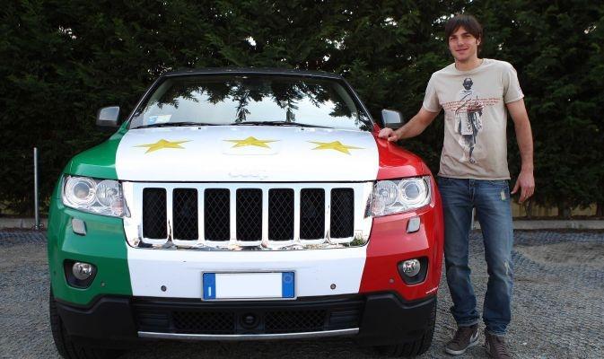 De Ceglie, una Jeep da Campione d'Italia     Le foto della Jeep personalizzata, con tanto di terza stella, del difensore bianconero Paolo De Ceglie