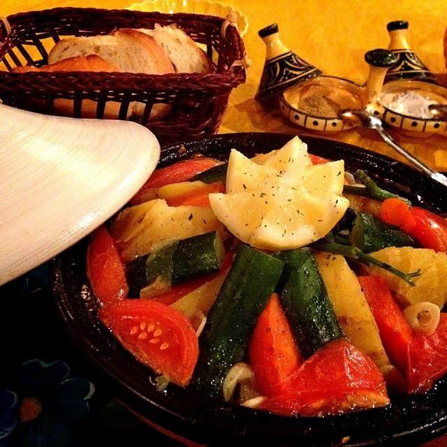 モロッコで学ばれたオーナーさんお勧めの本格タジン鍋。 実際は手羽先、じゃがいも、トマト、レモン、ズッキーニなどの野菜色々、香りはクミンとニンニク、コリアンダー パンをスープに浸して食べるそうです。 ヘルシーだけどお腹いっぱい✨ - 91件のもぐもぐ - タジン鍋 by ゆぅ