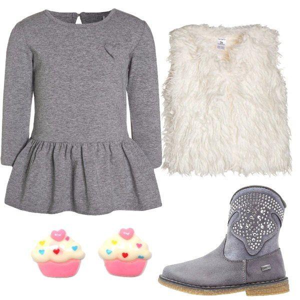 Per l'invito ad una festa, la mia piccolina ha scelto vestito di maglina grey melange, smanicato ivory, stivaletti texani/biker con applicazioni in pietre, orecchini a forma di cupcake bianchi e rosa.