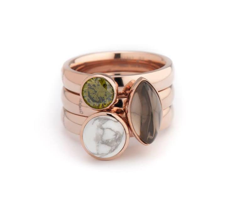 3 twisted ringen rose kleurig met 6mm ronde zetting in groen en wit en een bruine marquise setting.
