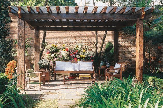 Neste pergolado aberto nas laterais, projetado pelo paisagista Gilberto Elkis, vigas de madeira sustentam os ripões que servem de apoio para a cobertura de vidro.