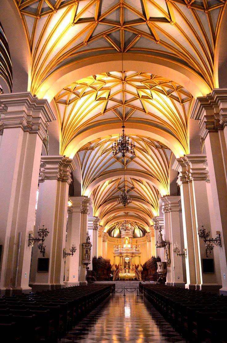 Interior de la Catedral de Lima  - Perú. | La Catedral de Lima en su interior muestra varios estilos, desde el gótico tardío, el renacentista hasta el barroco y plateresco, por la fecha del inicio de la construcción, el estilo arquitectónico es renacentista. Posee una planta de salón rectangular, emulando a la catedral de Sevilla. El techo está sostenido por bóvedas góticas de crucería que recrean un cielo estrellado, las cuales están hechas de madera y estuco para al