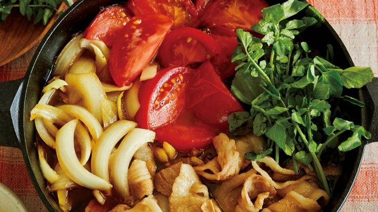 尾身 奈美枝さんのトマト,豚バラ肉を使った「トマトと豚の夏のすき焼き」のレシピページです。冷房で冷えた体が温まる、夏の鍋です。火を通して柔らかくなったトマトが絶品!薬味をたっぷり入れた卵につけてどうぞ。 材料: トマト、クレソン、豚バラ肉、たまねぎ、割り下、薬味卵、粉ざんしょう