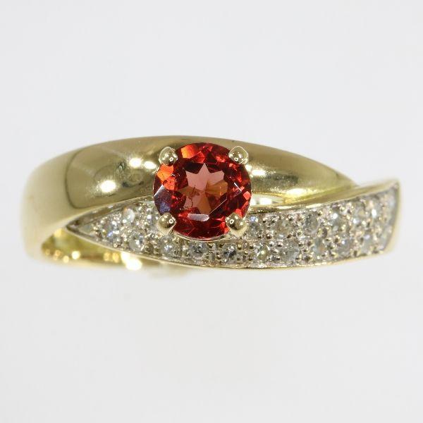 18 karaats vergulde cocktail ring met oranje hessonnite en 20 8/8 geslepen diamanten anno 1980  Soort juweel: ringConditie: zeer goedLand van oorsprong: FrankrijkEra: ca. 1980Materiaal: 18K yellow gold (toetssteen getest)Diamant: 20 enkel geslepen diamanten (ook wel Engels-cut 8-cut of 8/8 een soort van vereenvoudigde briljante knippen genoemd) met een geschat gewicht van  020 ct. (kleur en helderheid: H / I vs/si).Alle diamant gewichten kwaliteiten van de kleur en helderheid zijn bij…