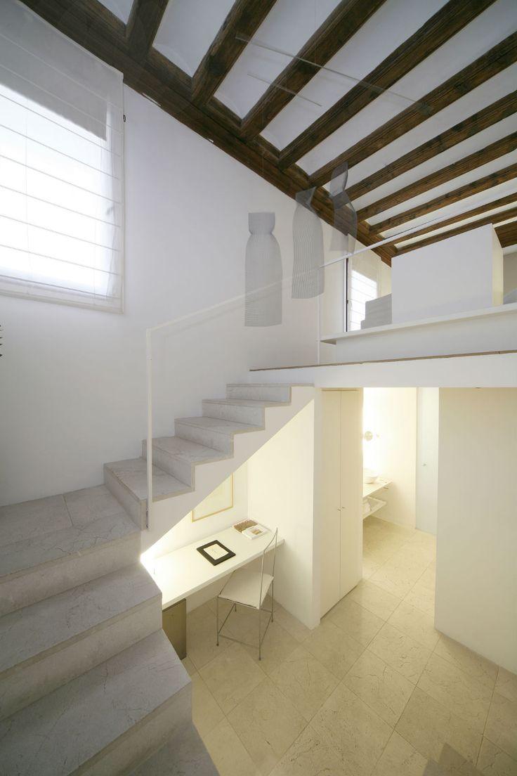 Convent de la Missió | Boutique Hotel | Palma de Mallorca | Spain | http://lifestylehotels.net/en/convent-de-la-missio | stairwell, white, minimalistic, luxury, relax, natural light, window, workspace