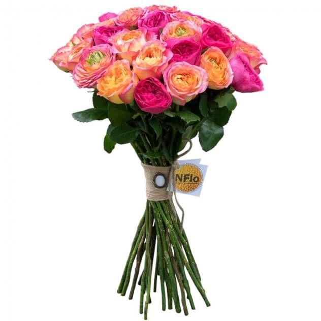 Букет из розовых с оранжевым пионовидных роз Гудини и пионовидных роз Дэвида Остина Баронес, перевязанный натуральной веревкой и украшенный брошью