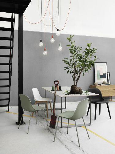 Ik ben dol op de groene eetkamerstoelen uit de Fiber serie van Muuto, wat een prachtige saliegroene kleur en een elegante poten.