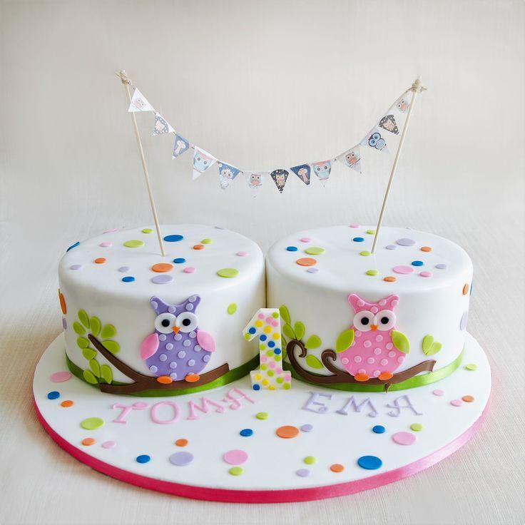 Toma si Ema au avut parte de un tort tare simpatic, decorat cu bufnite gemene si detalii in culori pastelate.  Pentru fiecare etaj cantitatea minima este de 3 kg.  Tortul din imagine a cantarit aproximativ 8 kilograme. Pret: 480 ron (pentru 3 kg).